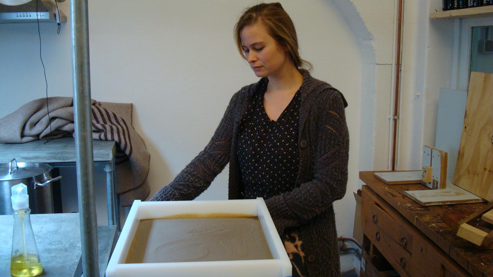 Evelien van Werfzeep bij een mal met vers gemaakte zeep. Goed voor 120 Stukjes zeep